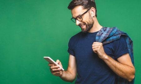 Homme sur son téléphone